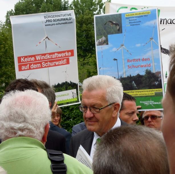 Ministerpräsident Kretschmann in Diskussion mit Demonstranten aus dem Schurwald
